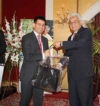 Munir Ahmed being felicitated by the Pakistan Association of Urological Surgeons (PAUS)